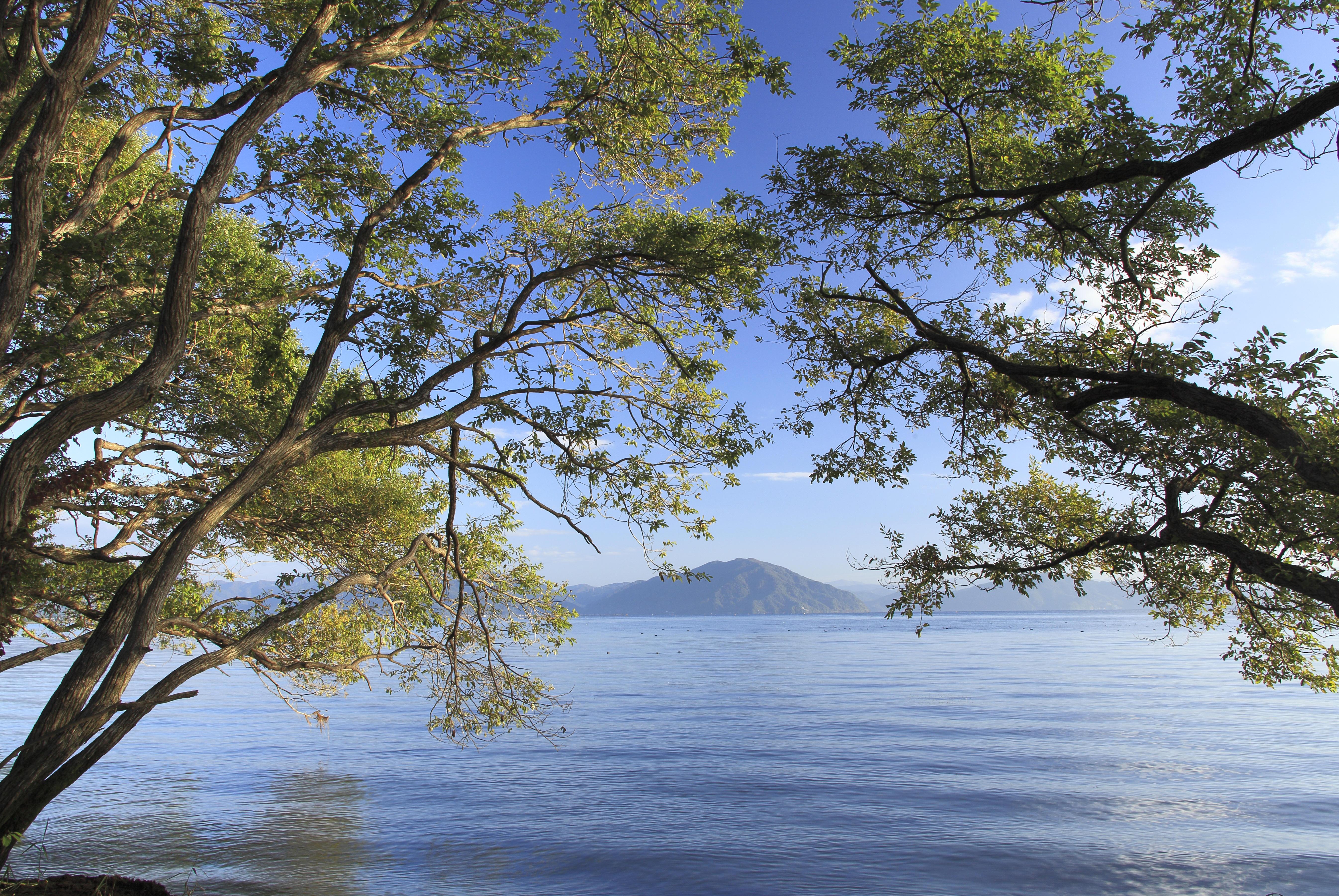清々しい湖と空