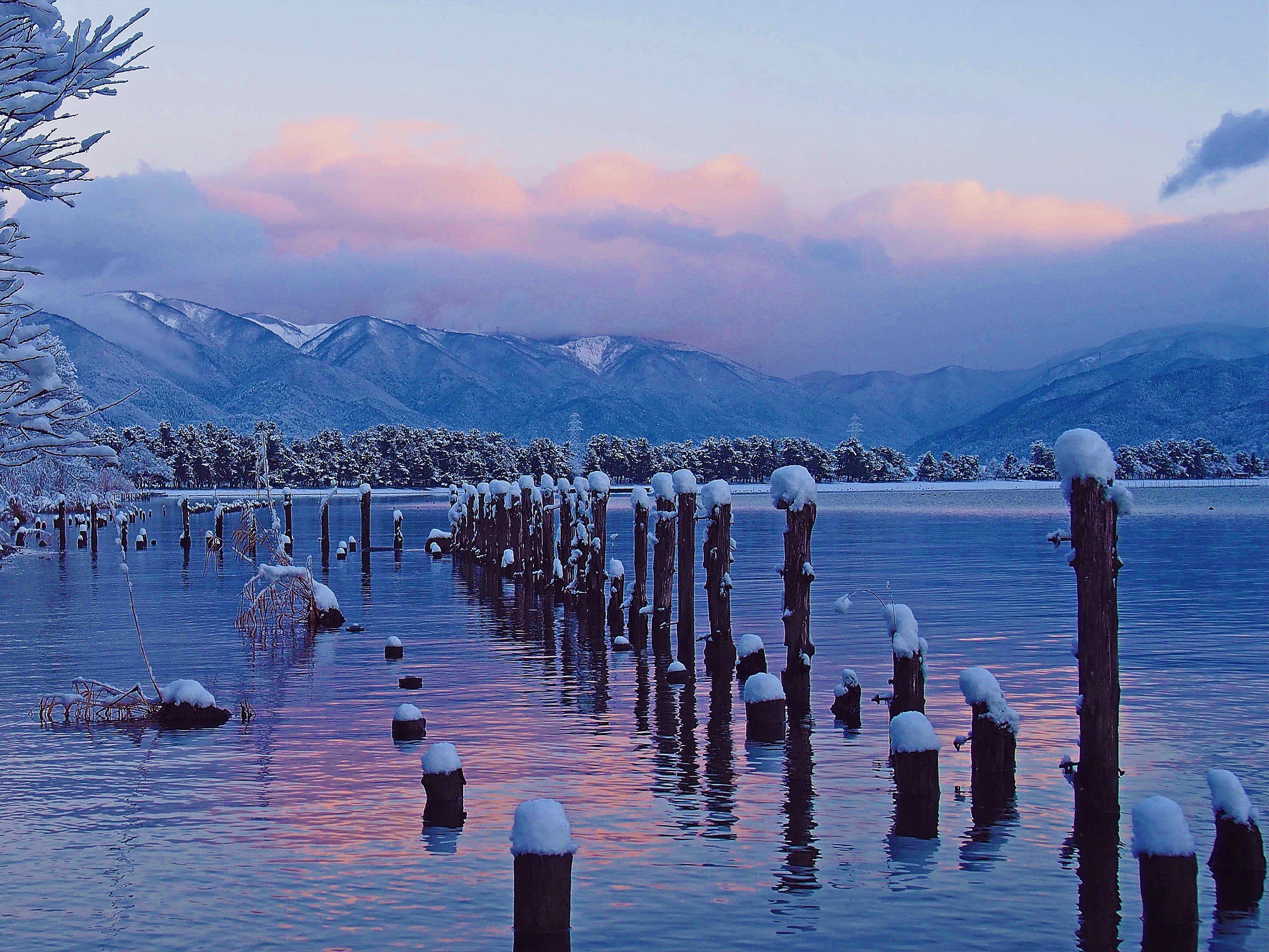 厳冬の湖辺の朝